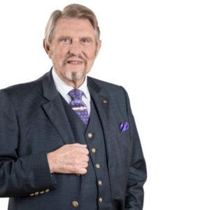 Paul Gauselmann (86) ist in Münster aufgewachsen, kam aber mit Anfang 20 in die Region Minden-Lübecke, wo er sich wenig später selbstständig machte, erst mit Musik-, später mit Spielautomaten. Heute beschäftigt die Gauselmann-Gruppe knapp 14.000 Mitarbeiter und macht mehr als 2,5 Milliarden Euro Umsatz. Paul Gauselmann ist bis heute Vorstandssprecher.