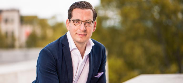"""Dr. Dominik Benner schrieb seine Dissertation zum Thema """"Akquisitionsprozesse bei Familienunternehmen"""" an der Universität St. Gallen."""