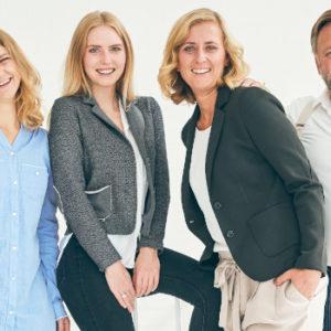 Wie aus dem Katalog für Patchworkfamilien: Stefan Deerberg (59) mit seiner älteren Tochter Laura (35, links), ihrer Halbschwester Antonia (22, Mitte) sowie seiner zweiten Frau Anne-Katrin (36, rechts).
