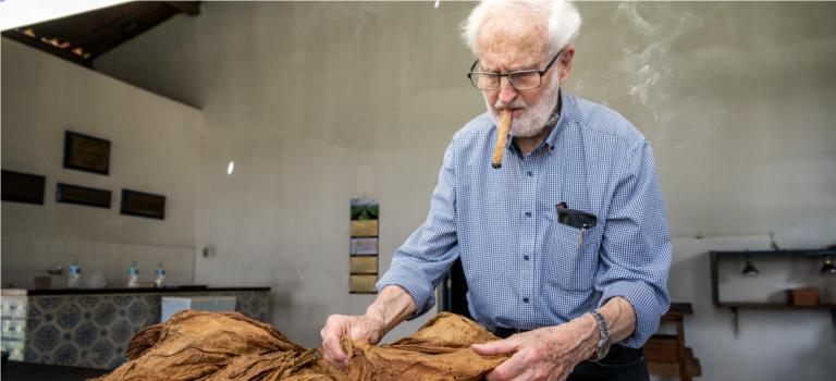 Zigarren sind sein Leben: Patriarch Heinrich Villiger leitet mit 88 Jahren weiterhin das Familienunternehmen und überzeugt sich auch persönlich vom Endprodukt.