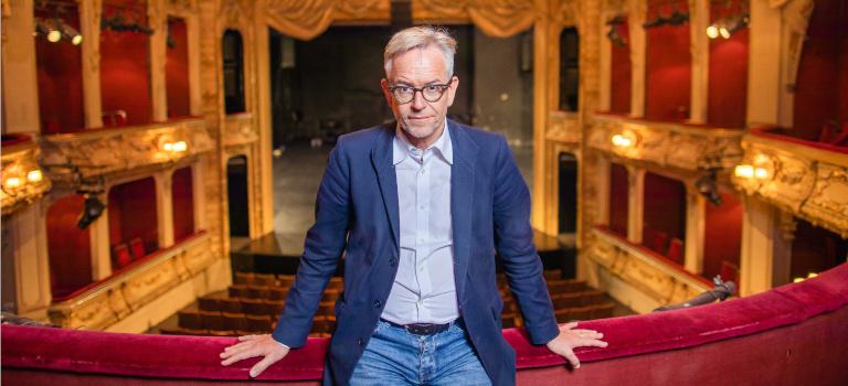 Intendant, Geschäftsführer und Gesellschafter in einer Person: Oliver Reese über dem Zuschauerraum, den das Berliner Ensemble aufgrund der Pandemie angepasst hat.
