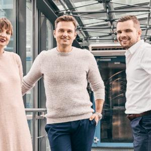 Gemischte Generation: Bei medi in Bayreuth zählt neben Miriam Weihermüller (links) und Marcus Weihermüller (rechts) auch der Angeheiratete Philipp Schatz (Mitte) zur dritten Generation im Familienunternehmen. Foto: www.medi.de