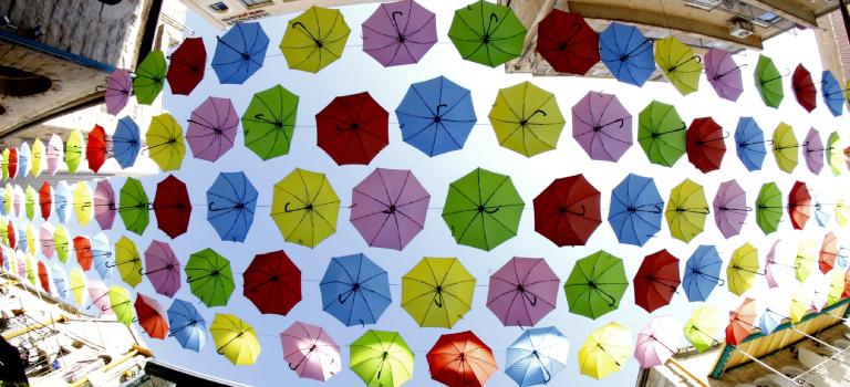 Ein Schirm für jede Generation: Die Familienstiftung kann beispielsweise für Bildung, aber auch Altersvorsorge aufkommen.