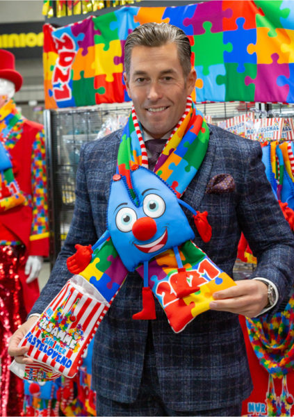 Kostümhandel pur: Herbert Geiss mit einem Schal der Karneval-Saison 2021
