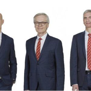 Dr. Clemens Malina-Altzinger (Bildmitte) übergibt seine Aufgaben Reform-Werke an Dr. Franz Haas (links) und Reinhard Riepl (rechts)