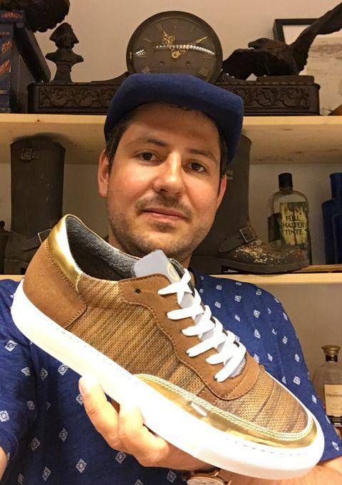 """Sebastian Thies, Fellow des Kompetenzzentrums Kultur- und Kreativwirtschaft des Bundes, produziert unter der Marke """"nat-2"""" Sneaker."""