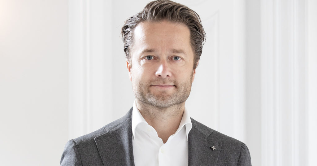 Kehrt vor den Türen seiner Kunden – und vor seiner eigenen: Ton Goedmakers vom niederländischen Facility-Management-Dienstleister Vebego.